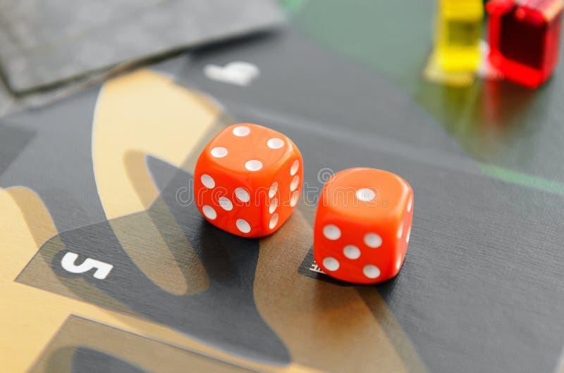 Tagli i cubi a cubetti sul campo da gioco Gioco da tavolo di concetto, svago, spettacolo, ricreazione immagine stock