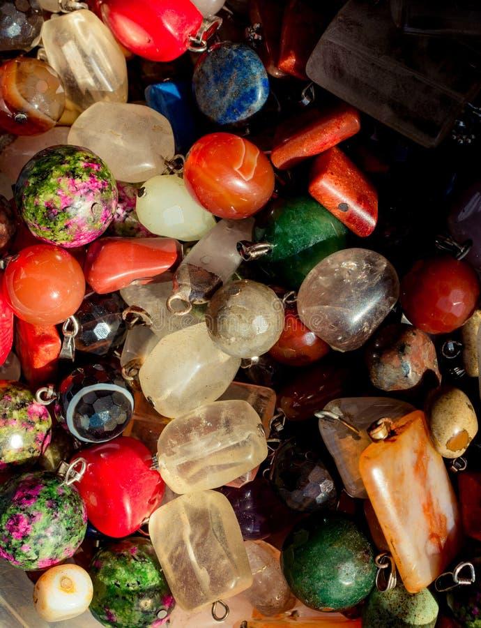 Tagli il pezzo di pietre preziose minerali naturali come collana immagini stock