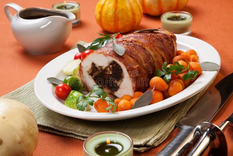 Tagli il pezzo di rollè Bacon-avvolto del seno di Turchia immagini stock libere da diritti
