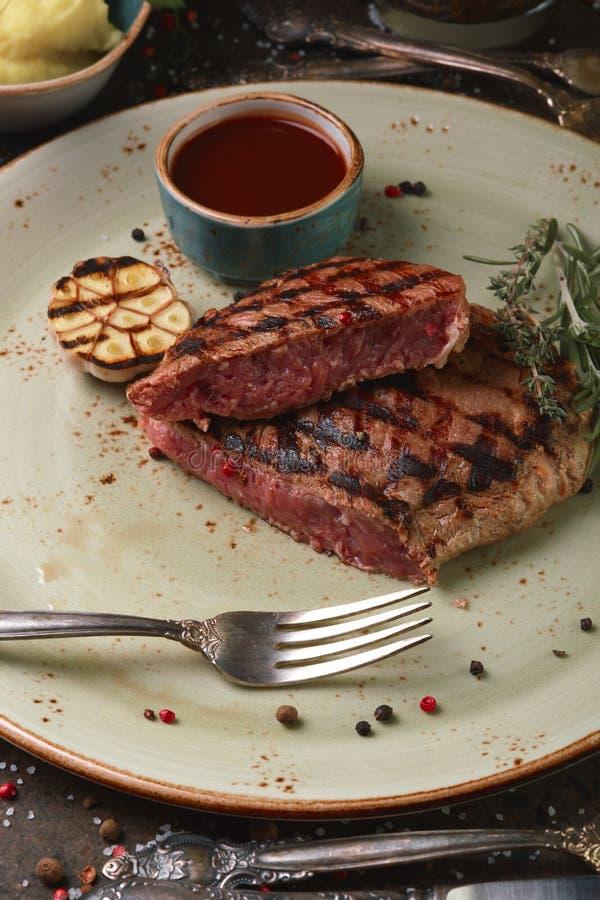 Tagli la bistecca ribay, con le purè di patate e la salsa fotografia stock libera da diritti