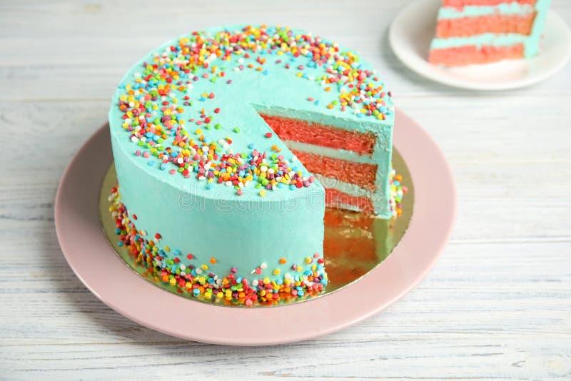 Tagli la torta di compleanno deliziosa fresca sulla tavola fotografie stock