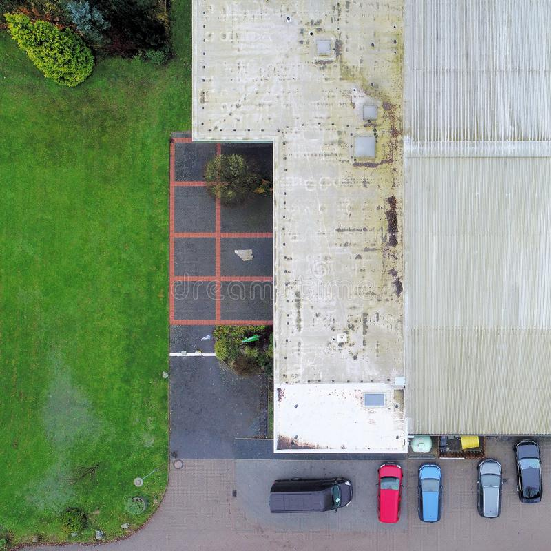 Tagli la vista verticale di vecchio corridoio brutto del tennis con le automobili parcheggiate dentro fotografia stock libera da diritti