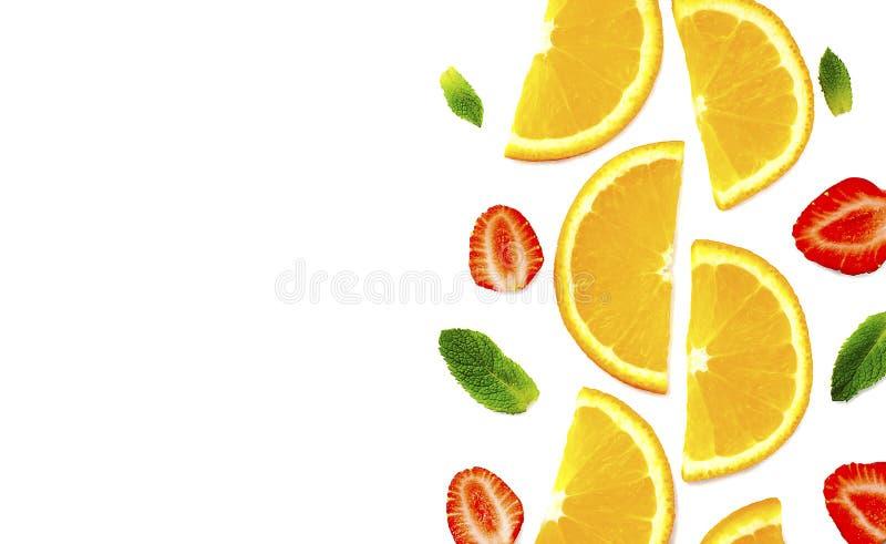 Tagli le foglie dell'arancia, della fragola e di menta su fondo bianco immagini stock