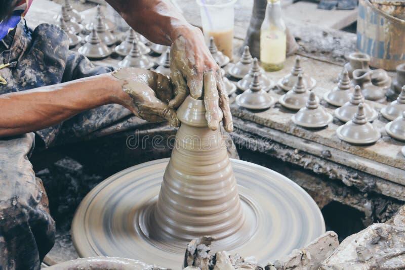 Tagliare il coperchio di una pentola thailandese in una ruota di ceramica nei villaggi di Ko Kret, Nonthaburi fotografia stock