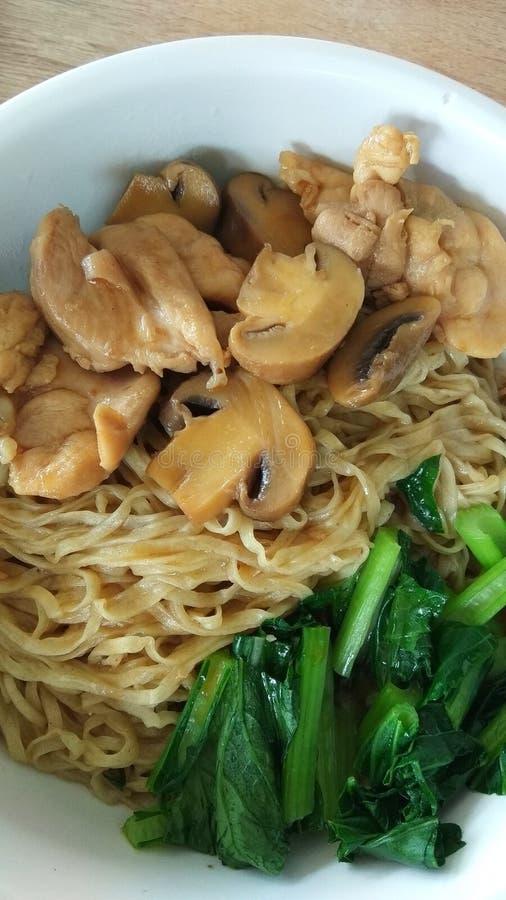 Tagliatella asiatica dell'alimento con i funghi immagini stock libere da diritti