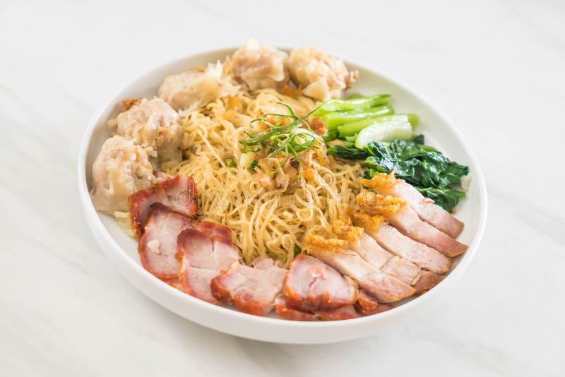 Tagliatella dell'uovo con l'arrosto di maiale rosso, la carne di maiale croccante, gli gnocchi e la minestra fotografie stock