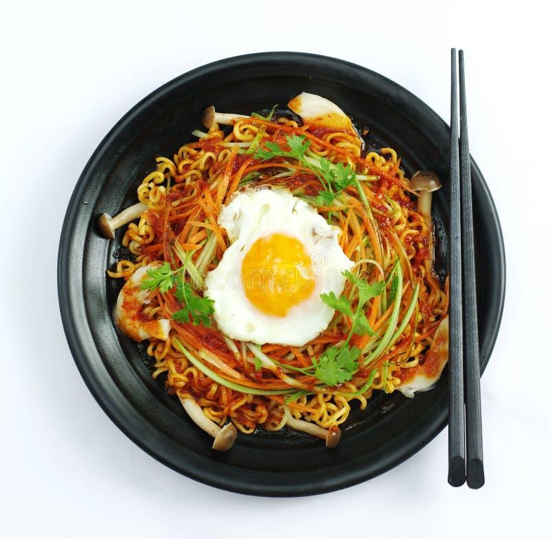 Tagliatella di ramen del peperoncino rosso caldo con l'uovo ed il fungo in stufato nero immagini stock
