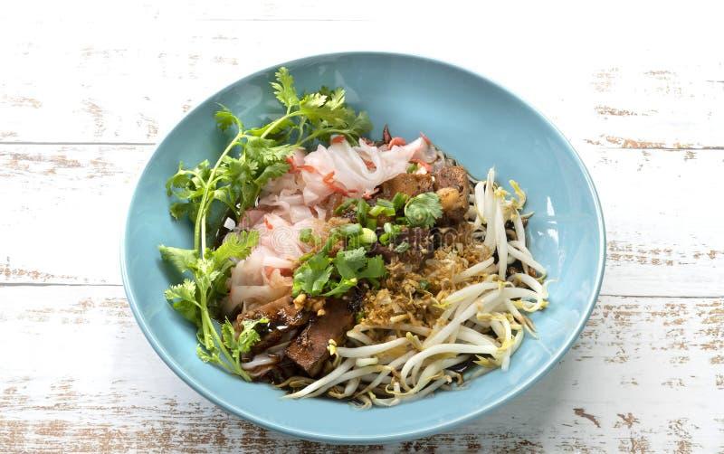 Tagliatella di riso cotta a vapore cinese con carne di maiale stufata, tofu, shrim secco fotografia stock libera da diritti