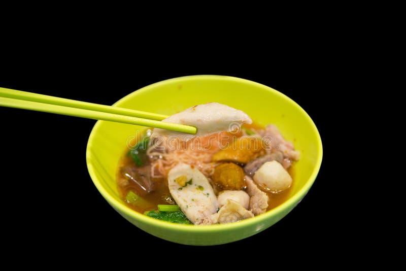 Tagliatella di riso della Tailandia, palla di pesce in ciotola gialla su fondo nero, fuoco selettivo fotografia stock