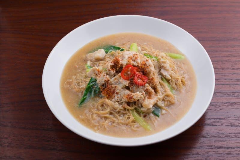Tagliatella fritta con carne di maiale e la verdura ` Di Rad Na del ` del piatto della tagliatella di Tailandese-cinese immagine stock