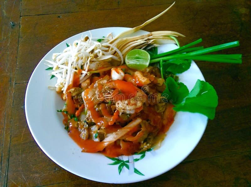 Tagliatella fritta tailandese con frutti di mare fotografie stock libere da diritti