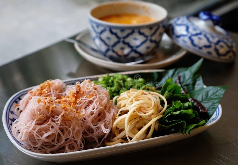 Tagliatella tailandese con l'erba e la salsa piccante fotografia stock libera da diritti