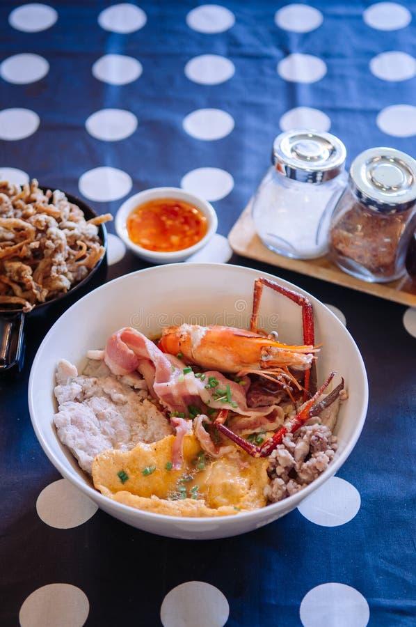 Tagliatella tailandese dei frutti di mare con carne di maiale, bacon, il gamberetto ed il fungo fritto immagine stock libera da diritti