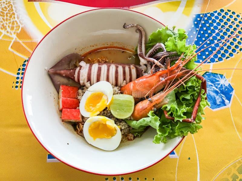 Tagliatella tailandese di stile con l'uovo ed i frutti di mare fotografia stock libera da diritti
