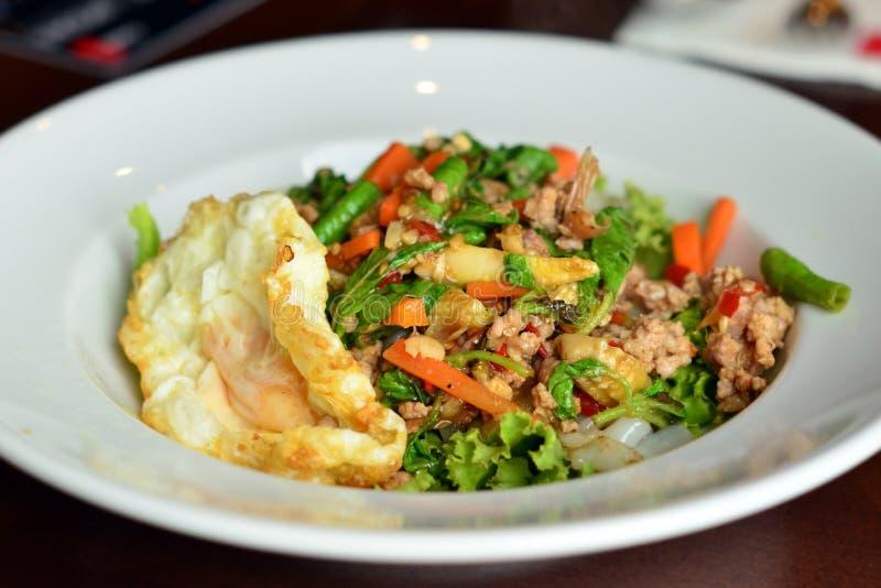 Tagliatella tailandese Fried Stir Basil con carne di maiale tritata con l'uovo fritto immagine stock libera da diritti