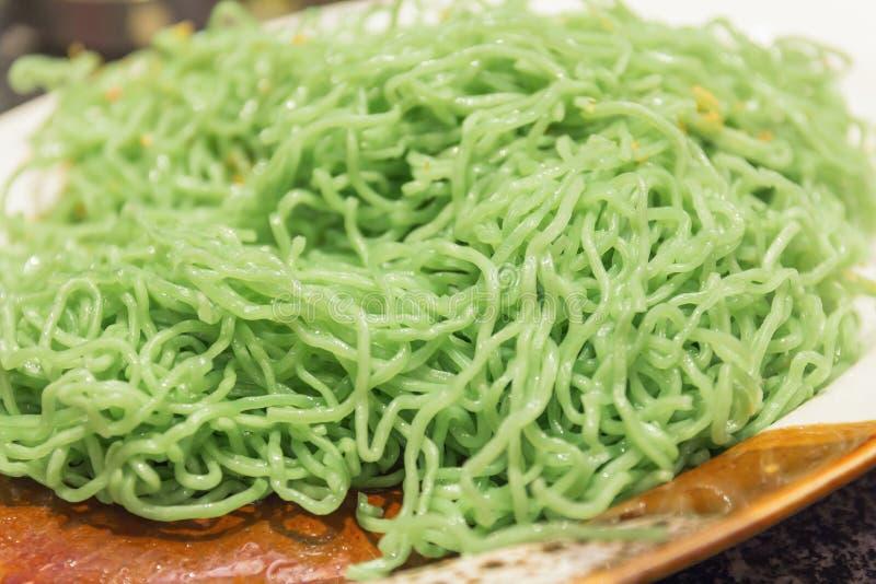 Tagliatella verde con aglio fritto immagini stock