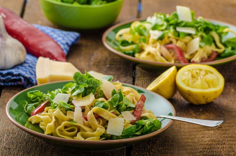 Tagliatelle用烟肉、大蒜和沙拉 库存图片