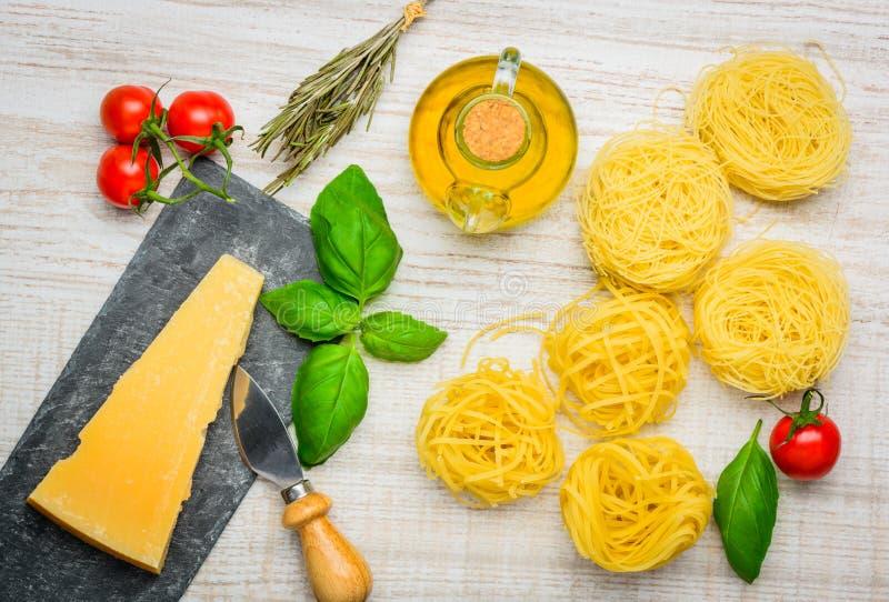 Tagliatelle面团和巴马干酪Regiano帕尔马干酪 免版税库存图片