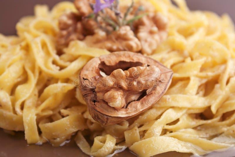 Tagliatelle με τη σάλτσα ξύλων καρυδιάς στοκ εικόνες