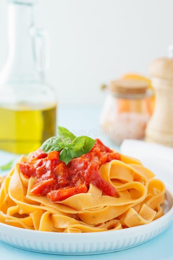 Tagliatelle или fettuccine макаронных изделий с томатом и красным болгарским перцем стоковая фотография rf
