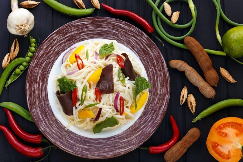 Tagliatelle asiatiche con il fungo del muer e le verdure, vista superiore sulla tavola immagini stock