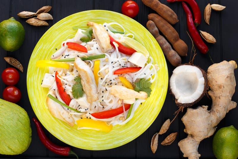 Tagliatelle asiatiche con il pollo e le verdure, vista superiore fotografia stock libera da diritti