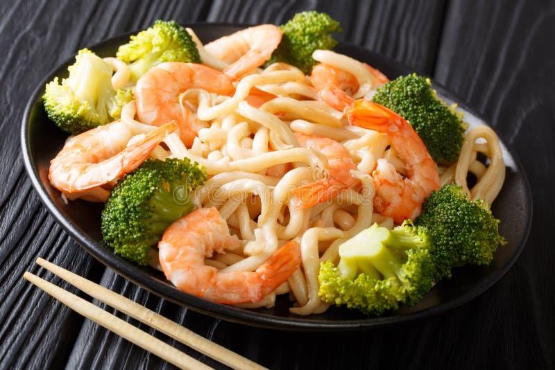 Tagliatelle asiatiche del udon di stile con i clo del gamberetto, dei broccoli e della salsa di soia fotografie stock libere da diritti