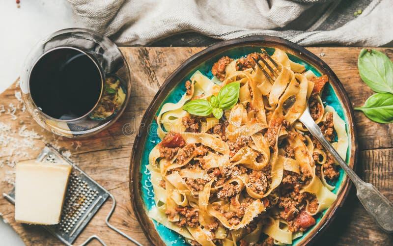 Tagliatelle bolognese med köttfärs, tomatsås och parmesanost royaltyfri fotografi