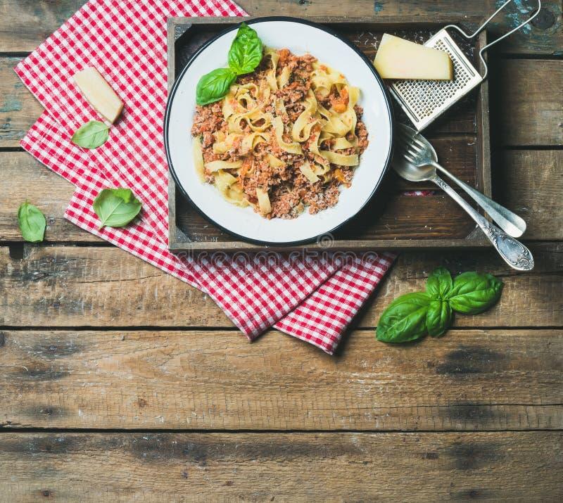 Tagliatelle Bolognese met Parmezaanse kaas en Basilicumbladeren, exemplaarruimte royalty-vrije stock foto's