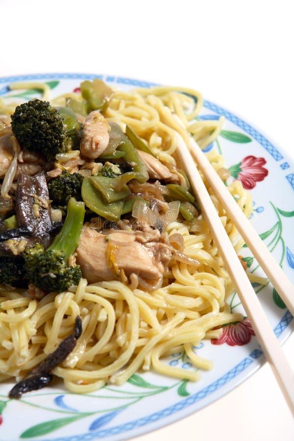 Tagliatelle cinesi del mein del cibo del pollo immagini stock