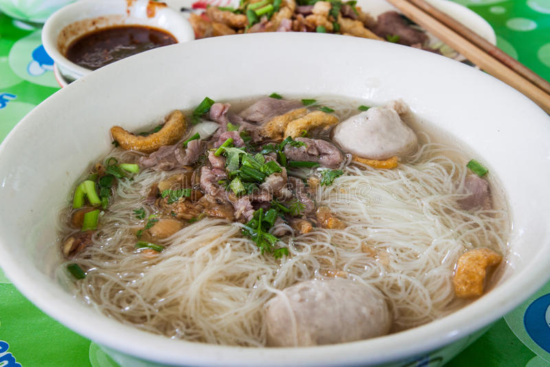 Tagliatelle cinesi in minestra fotografie stock