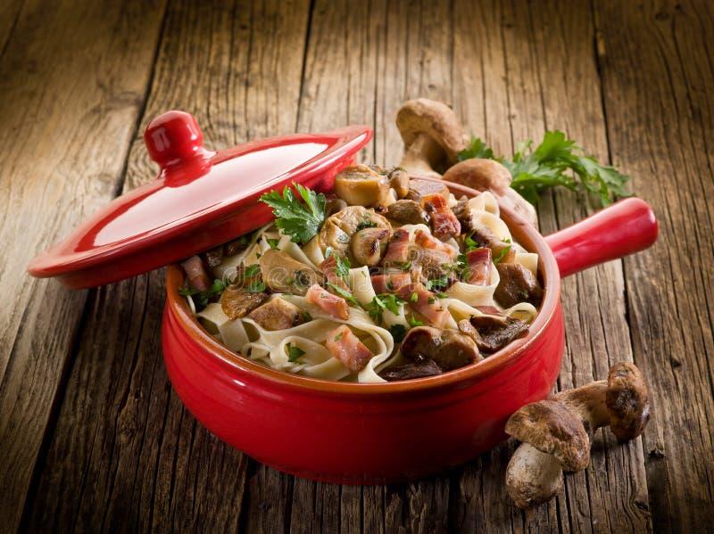 Tagliatelle com bacon e cogumelo fotografia de stock royalty free