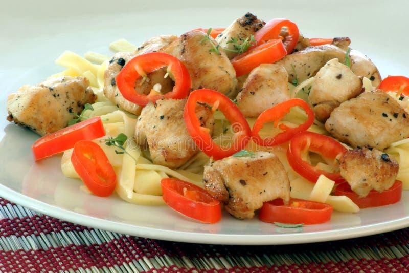 tagliatelle com galinha e paprika vermelha imagem de stock