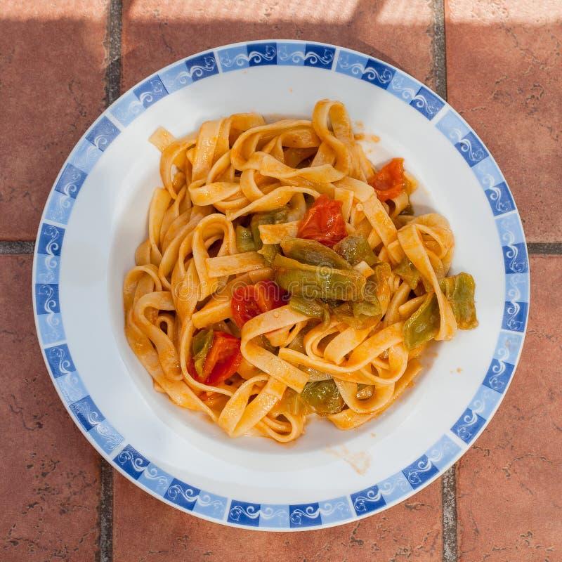 Tagliatelle com molho da pimenta e de tomate imagens de stock