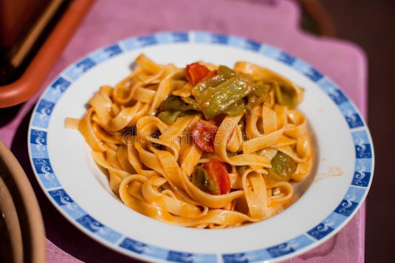Tagliatelle com molho da pimenta e de tomate fotografia de stock
