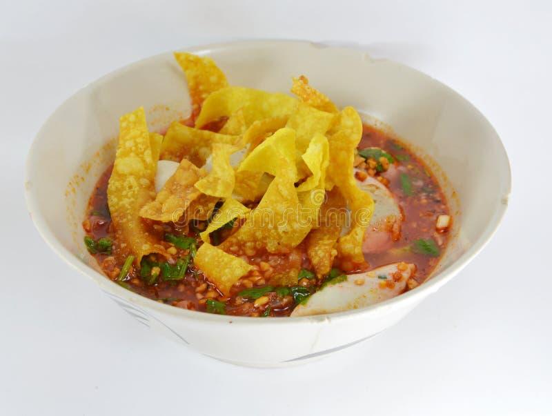 Tagliatelle con la palla di pesce e la salsa rossa in minestra piccante immagine stock libera da diritti