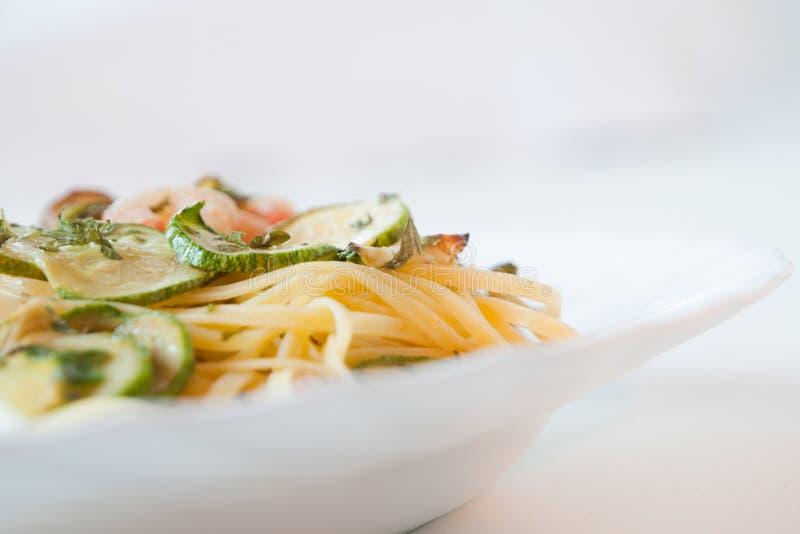 Tagliatelle con lo zucchini ed i gamberi immagine stock
