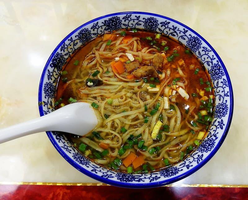 Tagliatelle con minestra e le verdure in ciotola bianca fotografie stock libere da diritti