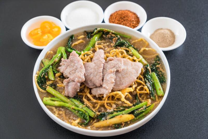 tagliatelle croccanti dell'uovo con i broccoli e la carne di maiale cinesi fotografie stock