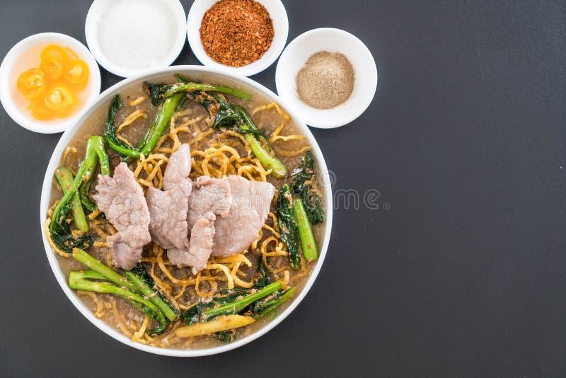 tagliatelle croccanti dell'uovo con i broccoli e la carne di maiale cinesi fotografia stock libera da diritti
