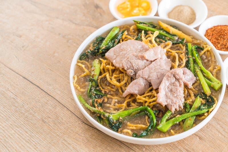 tagliatelle croccanti dell'uovo con i broccoli e la carne di maiale cinesi fotografie stock libere da diritti
