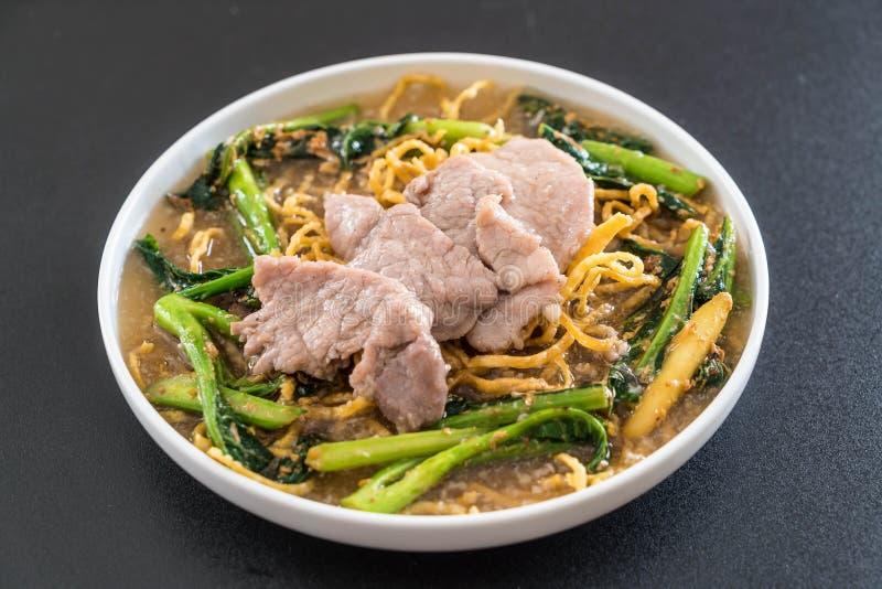 tagliatelle croccanti dell'uovo con i broccoli e la carne di maiale cinesi fotografia stock