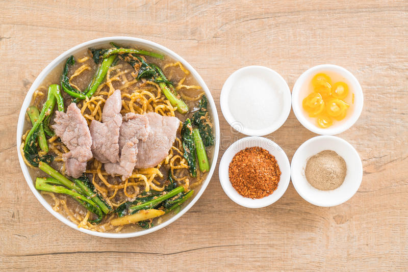 tagliatelle croccanti dell'uovo con i broccoli e la carne di maiale cinesi immagini stock libere da diritti