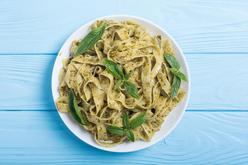 Tagliatelle da massa com fundo italiano do alimento do pesto verde do molho imagens de stock