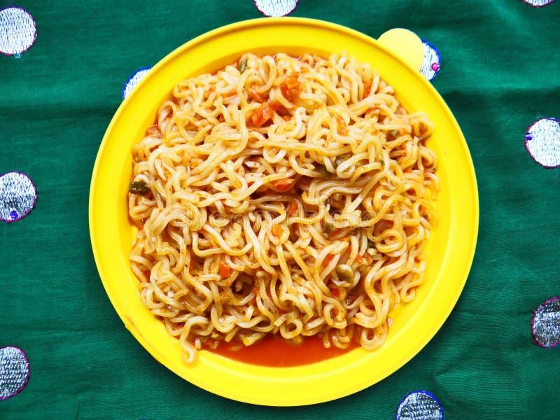 Tagliatelle del mein del cibo del veg del pomodoro immagini stock libere da diritti