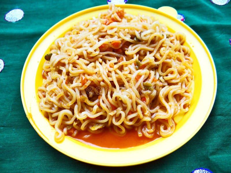 Tagliatelle del mein del cibo del veg del pomodoro fotografia stock libera da diritti
