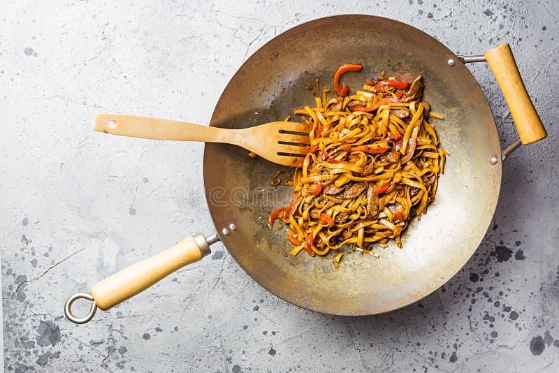 Tagliatelle del udon della frittura di scalpore immagine stock