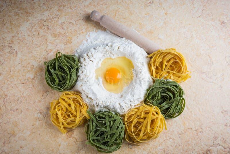 Tagliatelle dell'uovo e della farina fotografia stock libera da diritti