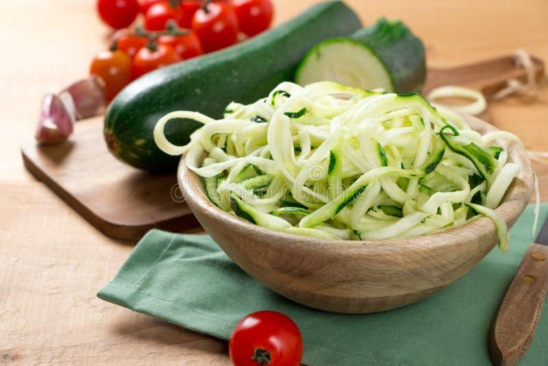 Tagliatelle dello zucchini con il pomodoro ciliegia fotografia stock