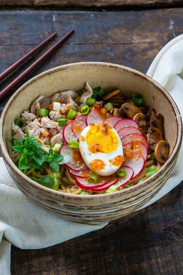 Tagliatelle di ramen con il pollo, l'uovo, i funghi ed il ravanello fotografie stock